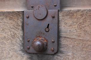 古いタンスの引き出しの金具の写真素材 [FYI04220394]