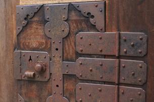 古いタンスの引き出しの金具の写真素材 [FYI04220395]