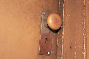 古いドアのノブの写真素材 [FYI04220480]