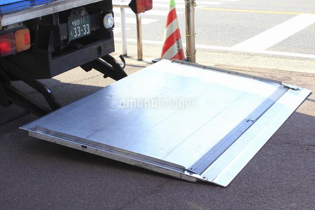 トラックの荷積み用のリフトの写真素材 [FYI04220680]