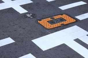 道路に埋められた消火栓の写真素材 [FYI04220694]