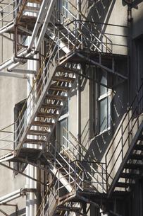錆びた非常階段の鉄骨の写真素材 [FYI04220714]