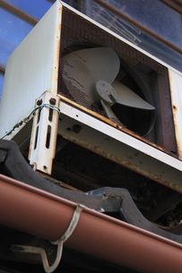 壊れたエアコンの室外機の写真素材 [FYI04220762]