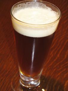 グラスに入れた黒ビールの写真素材 [FYI04220817]