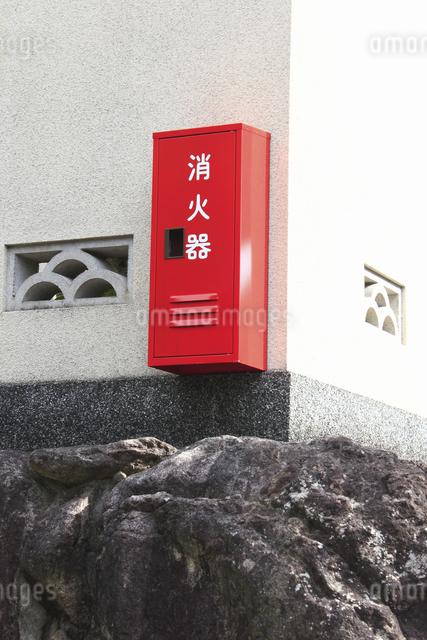 民家の塀に設置された消火器の写真素材 [FYI04220926]