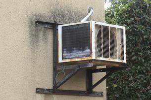 古いエアコンの室外機の写真素材 [FYI04220934]