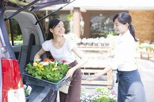 花屋の店員の女性の写真素材 [FYI04221598]