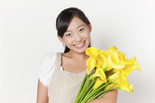 カラーの花束を持つ女性の写真素材 [FYI04221849]