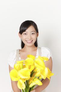 カラーの花束を持つ女性の写真素材 [FYI04221850]