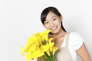 カラーの花束を持つ女性の写真素材 [FYI04221851]
