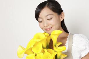 カラーの花束を持つ女性の写真素材 [FYI04221852]