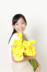 カラーの花束を持つ女性の写真素材 [FYI04221853]