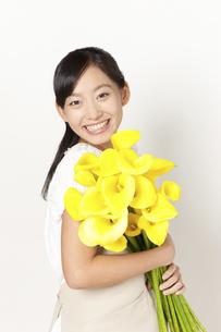 カラーの花束を持つ女性の写真素材 [FYI04221854]