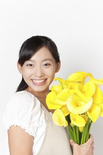 カラーの花束を持つ女性の写真素材 [FYI04221855]
