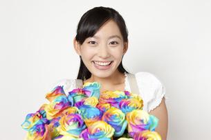 レインボーローズの花束を持つ女性の写真素材 [FYI04221856]
