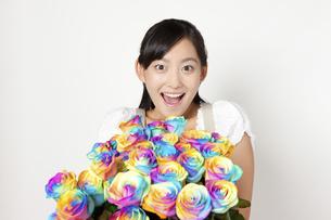 レインボーローズの花束を持つ女性の写真素材 [FYI04221858]