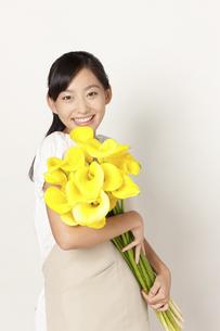 カラーの花束を持つ女性の写真素材 [FYI04221860]