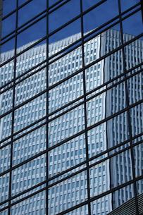 ビルの窓ガラスに映るビルの写真素材 [FYI04225215]
