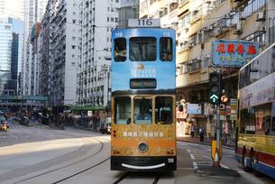 香港の街を行く路面電車トラム。英国植民地時代から走り続けるの写真素材 [FYI04227275]