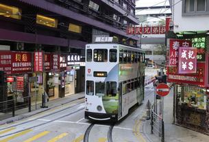 香港の街を行く路面電車トラム。英国植民地時代から走り続けるの写真素材 [FYI04227276]