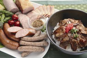 豚丼とソーセージの写真素材 [FYI04227561]