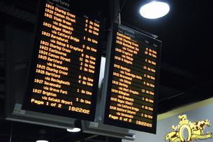ロンドンブリッジ駅の電光掲示板の写真素材 [FYI04228257]