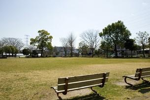 ベンチある公園のイラスト素材 [FYI04228747]