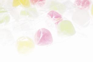 白バックに駄菓子ウィスキーボンボンの写真素材 [FYI04230314]