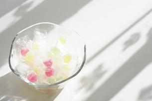 陽射しの中でガラス器に入れた駄菓子ウィスキーボンボンの写真素材 [FYI04230317]