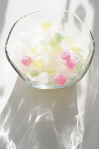陽射しの中でガラス器に入れた駄菓子ウィスキーボンボンの写真素材 [FYI04230319]
