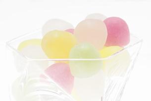 白バックにガラス器に入れた駄菓子ウィスキーボンボンの写真素材 [FYI04230330]