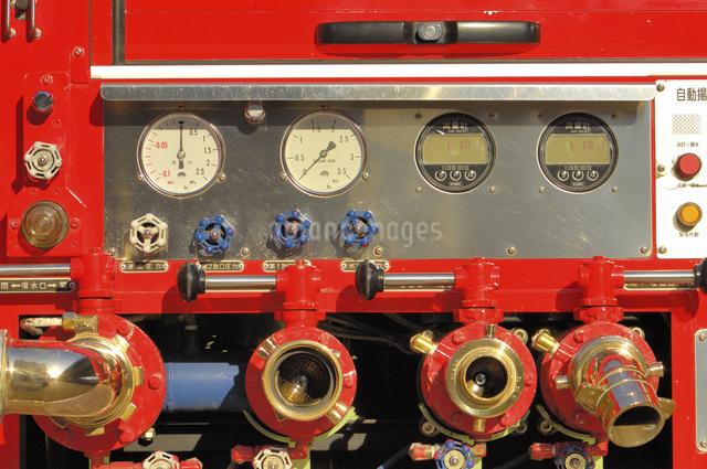 消防車の計器とバルブの写真素材 [FYI04231729]