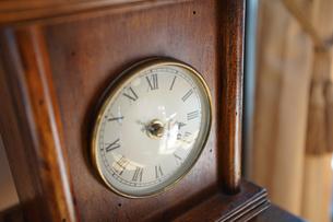木枠の置時計の写真素材 [FYI04232648]