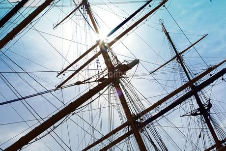 帆船のマストと青空の写真素材 [FYI04232693]