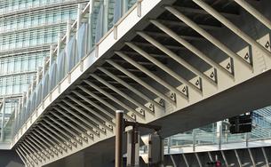 都市の歩道橋の建築物の写真素材 [FYI04232715]