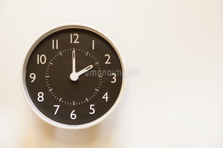 掛け時計の時間表示が2時の写真素材 [FYI04232768]