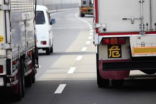 高速道路を走るトラックの写真素材 [FYI04232879]