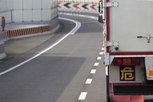 高速道路を走るトラックの写真素材 [FYI04232880]