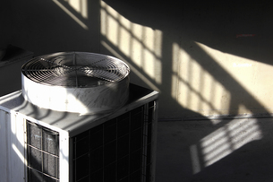 業務用エアコンの室外機の写真素材 [FYI04232908]