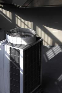 業務用エアコンの室外機の写真素材 [FYI04232909]