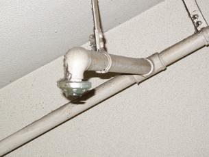 天井のスプリンクラーの写真素材 [FYI04233343]