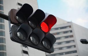 赤色の点灯した交通信号機の写真素材 [FYI04233453]