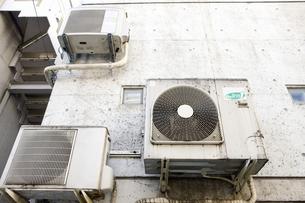 古いエアコンの室外機の写真素材 [FYI04236563]