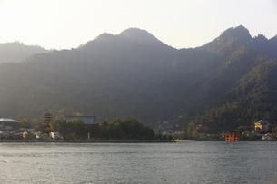 フェリーから見る宮島の写真素材 [FYI04237393]