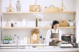 キッチンで料理を作る女性の写真素材 [FYI04238167]