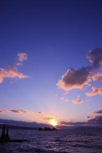 宍道湖の夕日のイラスト素材 [FYI04238599]