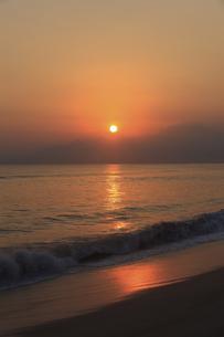 弓ケ浜から大山を望む日の出の写真素材 [FYI04238618]