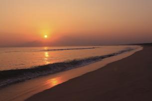 弓ケ浜から大山を望む日の出の写真素材 [FYI04238621]