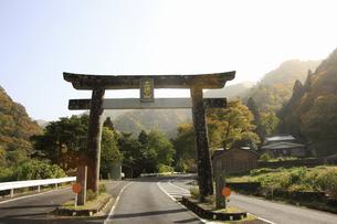 三徳山の鳥居の写真素材 [FYI04239095]