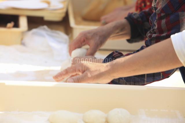 餅を丸めるの写真素材 [FYI04239322]